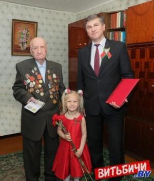 Председатель Витебского горисполкома Вадим Зарянкин поздравил с Днем Победы ветерана Валентина Становенко
