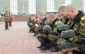 Увольняющиеся в запас военнослужащие возложили цветы к памятнику воинам-десантникам в парке Победителей
