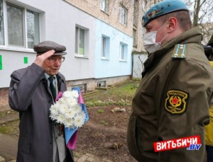 Парад военнослужащих 103-й бригады ВДВ перед домом ветерана Великой Отечественной войны Федора Лисовского